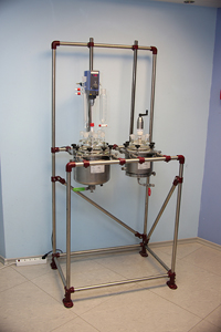Стальной реактор с фильтром на стенде