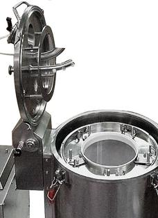 Фильтрующая центрифуга с поднятой верхней крышкой